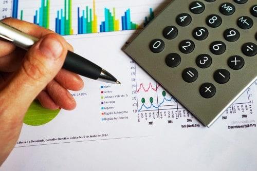 We onderscheiden twee methoden om onderzoek uit te voeren voor je scriptie. Je kunt gebruik maken van kwalitatief of kwantitatief onderzoek. In dit artikel beschrijven we de verschillende onderzoeksmethoden die je kunt gebruiken.
